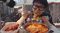 韩国吃货小哥,吃香辣大虾拉面,配辣泡菜,吃的太过瘾了