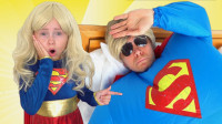 越看越有趣!萌宝小萝莉和爸爸怎么变成超人?可是他怎么生病了?儿童趣味亲子游戏玩具故事