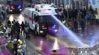 香港警方首次正式出动水炮车 两辆水炮车共同驱散非法示威者