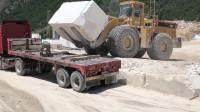 佩服啊,装载机将大型石块装上半挂车,真为卡车司机捏把汗!