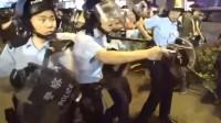 现场!香港警察被暴徒围打开枪示警 歹徒刺伤警察瞬间画面曝光