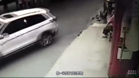 疯狂女司机撞完人转一圈后,又冲进人推碾压多名路人惨死