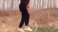 少林小子秀绝技,小轮车在平地上都骑不好,在钢丝绳上我更没见过