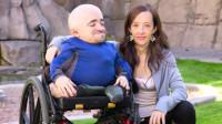 """男子自幼残疾坐15年轮椅,从不埋怨生活,如今他娶到""""美妻""""!"""