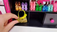 芭比买来一个漂亮的大衣柜,闺蜜帮她一起整理鞋子包包衣服裙子