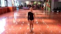拉丁舞:跳舞我是专业的!小妹妹的表情亮了!