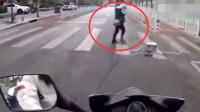"""摩托车礼让行人,却遭到女司机""""投胎""""般的催促,监控记录骑手霸气操作"""