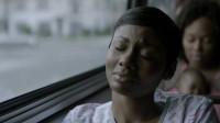 黑人美女坐车窗边,回想起和丈夫的美好生活,警察闯进家里的情形