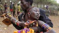 非洲彪悍原始部落:女性生育方式特殊,男人徒手撕牛肉!