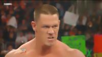 WWE:巴蒂躲在人墙后面挑衅,塞纳趁其不备直接开打,场面混乱!