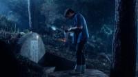 三男子夜晚偶遇青春少女,途径坟场,竟无意发现美女墓碑