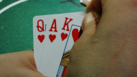 小伙赌博一直赢,万字打头直接跟,这牌谁抓到都稳赢