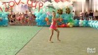 体操表演的时候音乐突然停了,萌娃的反应太机智了