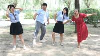 开学军训女同学教师生踢正步,没想走的一个比一个奇葩,太逗了