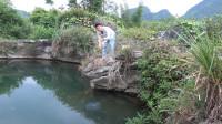 小莫深潭收地笼,刚提起水面就直呼有货有货,收获半桶极品河鱼