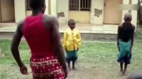 两个非洲小孩学了中国功夫后,打了一场,最后结局笑死了