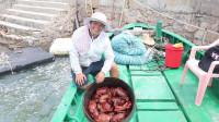 老四在家做厨娘伺候完老婆,就开着小船出海,今天面包蟹抓爆桶