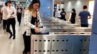 去我国游玩的法国姑娘,地铁排队时很吃惊: 中国人咋这样啊!