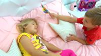 萌娃小可爱想让妹妹陪他一起玩,可惜怎么也叫不醒她!—萌娃:妹妹,我给你带了糖果哟!