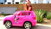 萌娃小可爱的玩具车被熊孩子开走了,小家伙可真顽皮!萌娃:用别人的东西要经过允许哟!