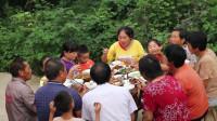 胖妹买15斤驴头,农村柴火土灶炖3小时,10几个人围着吃,真痛快