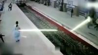 灵异事件:白衣女子刚走到火车站,监控拍下可怕全过程