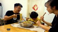 大sao给小肥羊加餐,四斤粉蒸排骨配四包泡面,儿子很喜欢吃