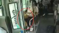 客车行驶中门未关闭,女子起身跳下身亡