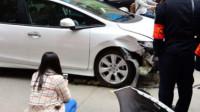 女司机第一次开车就追尾,老公无奈在车尾贴6张纸,网友:惹不起