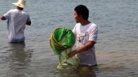 小邓往水里放了2副渔网,1个小时后挂满了鱼,都是大货,开心