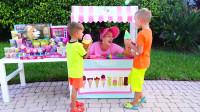 萌娃小可爱们通过自己辛勤的劳动换来了美味的冰淇淋,两个小家伙真是棒棒哒!