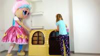 萌娃小可爱把她的玩具小房子装扮的可真漂亮呀!—萌娃:以后这里就是宝宝的新家啦!