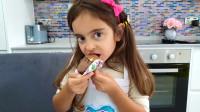 萌娃小可爱自己做的纸托蛋糕看上去可真美味呢!小家伙真是棒棒哒!—萌娃:真好吃呀!