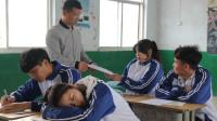 女同学在试卷上画老师,结果老师要请学生家长喝茶,太逗了