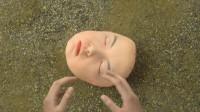 女孩上体育课时,被足球踢到,结果脸直接掉在了地上