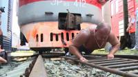 俄罗斯最强大力士,徒手拉动6节火车,网友:一人抵10牛?