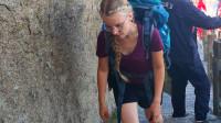 外国妹子都背这么重的背包去华山露营了,华山真的很险吗?