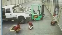 工人正在卸货,要不是监控,谁会相信这一切