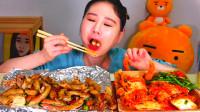 韩国大胃王卡妹,试吃铁板烤肥肠,小姐姐吃的好开心啊