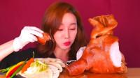 韩国大胃王小姐姐,试吃整个烤猪头,大口吃肉真过瘾
