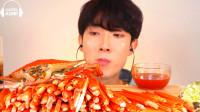 韩国美食小哥,试吃一大桌的蟹腿,大把大把吃的好过瘾
