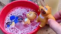猪妈妈准备了花瓣浴,小朋友们都来洗澡,小砾也要进去