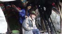 农村老人独居深山破房子,女孩给他按摩,每天为吃饭问题发愁!