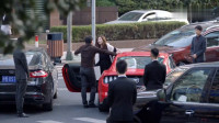 美女开跑车一路狂飙,哥哥用四辆才把她逼停车,上来就是一巴掌