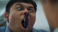 人类压力过大爆发病毒,小伙用铅笔插入丧尸鼻孔,躲避攻击