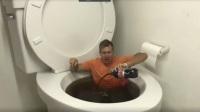 国外大叔神奇挑战,马桶里面倒可乐来泡澡,这谁顶得住?