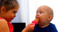 宝宝看到小姐姐吃棒冰,追着姐姐不放,能舔一口也是好的!
