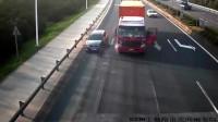 """货车车灯冒烟,司机把车停在路中间查看被""""昂科威""""撞翻"""