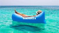 老外发明空气沙发,卷起来跟一瓶水差不多重,还能浮在水上