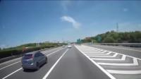 高速上女司机突然变道,大巴司机毫无防备,尖叫追尾!